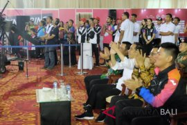Presiden Jokowi saksikan pengalungan medali atlet para-angkat berat