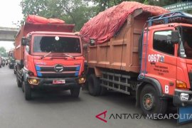 Penyetopan truk sampah peringatan Bekasi kepada DKI