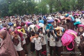 Ratusan murid Al-Hidayah Bekasi berhamburan akibat gempa