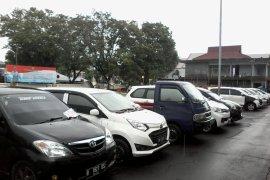Mobil terparkir di Masjid Agung Praya raib dicuri