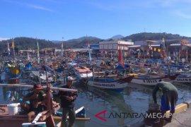 Perahu nelayan Sukabuimi tenggelam ditabrak kapal tongkang