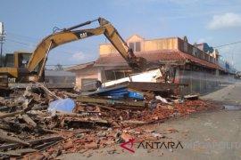 KAI robohkan puluhan bangunan ruko di Sukabumi