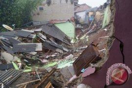 Empat orang meninggal akibat tanah longsor di Purwakarta