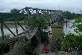 Jembatan putus warga Aceh Barat masih terisolasi
