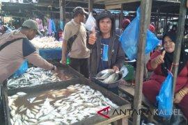Pedagang ikan dan ayam berjualan di Blok D dan G Pasar Keramat