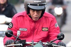 Presiden coba sepeda motor listrik, tapi kok ngak ada suaranya ?