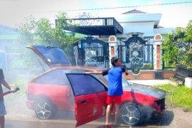 Mobil sedan terbakar kagetkan warga Tumbukan Banyu