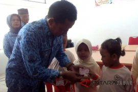 Disdukcapil Kota Cirebon bagikan 4.000 kartu identitas anak