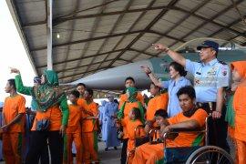 Murid Disabilitas Diajak Melihat Pesawat Tempur di Lanud Iswahjudi