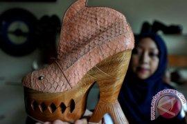 Nurman Ubah Kulit Ceker Ayam Jadi Sepatu