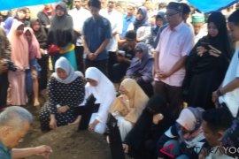 Pemakaman Bani  Seventeen diiringi ratusan pelayat beragam kalangan