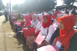 Presiden Jokowi menyerahkan sertifikat penyambungan listrik masyarakat tidak mampu