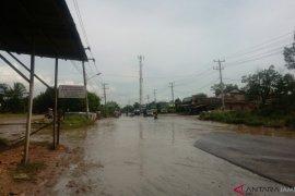 Drainase jelek jalur lintas Sumatra di Muarojambi  tergenang banjir