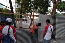 Petugas Pasang Pengaman Seng di Sekitar Tanah Ambles (Video)