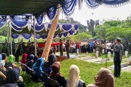 Upacara militer iringi pemakaman Letkol Dono