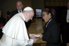 Menteri Susi Pudjiastuti bertemu Paus Fransiskus di Vatikan