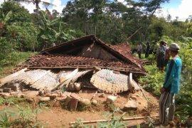 Sebuah Rumah Warga di Ponorogo Mendadak Roboh