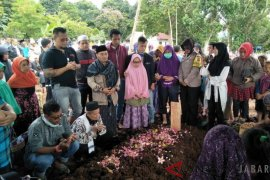 Naisya dimakamkan di samping makam orangtuanya Aa Jimmy