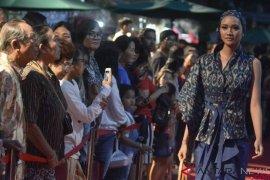 Kain tenun Endek di Denpasar Fashion Festival