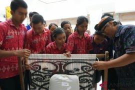 ISI Denpasar kenalkan tenun dobel ikat tiga negara