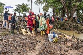 Pencarian korban tsunami terkendala cuaca buruk