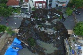 Pemkot Surabaya : Jalan Gubeng ambles karena kesalahan konstruksi
