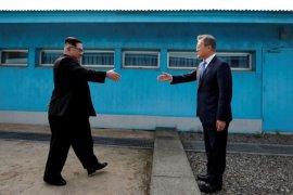 Pemimpin Korut Kim mengirim bunga pada mantan ibu negara