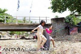 GenBi-Masyarakat Olele Berlomba Bersihkan Pantai