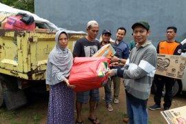 Warga Komplek TMI  Salurkan Bantuan Bagi Korban Tsunami Di Sumur