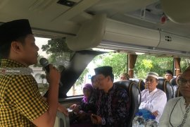 Caleg Golkar Berangkatkan Warga Kota Surabaya Ziarah Wali