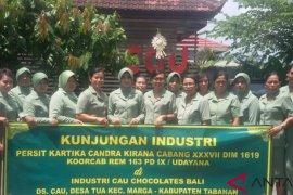 Persit Kodim Tabanan pelajari proses produksi cokelat marga