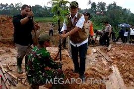 Kepala BNPB blusukan di lokasi longsor Sukabumi