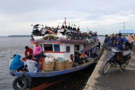 Penumpang angkutan sungai membludak di Teluk Batang