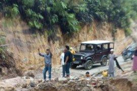 Ruas jalan ke Desa Barnang Kolling  Tapsel nyaris putus total