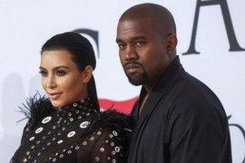 """Setelah diprotes, Kim Kardashian copot nama Kimono untuk """"shapewear"""""""