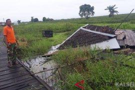 Puting beliung kembali merusak Tiga buah rumah di Desa Mantaas
