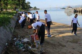 Jasasenatri armada III bersihkan pantai Batu Merah