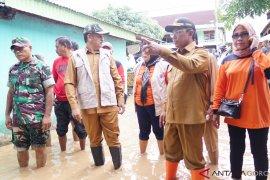 Bupati Hamim  Serahkan Bantuan Korban Banjir Boalemo