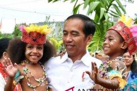 Dukung Jokowi, ratusan kepala suku Papua Barat sambangi Istana