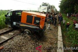 Mobil ditabrak kereta api