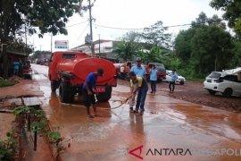 Puluhan petugas diturunkan bersihkan jalan Cikopo