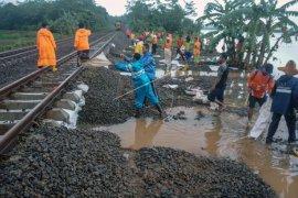 Jalur  kereta api Siantar Ekspress terganggu genangan  banjir