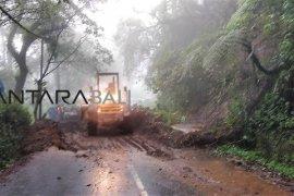 Aparat dan masyarakat bersihkan longsor di Kintamani