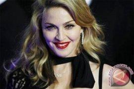 Madonna tanggapi tuduhan implan bokong
