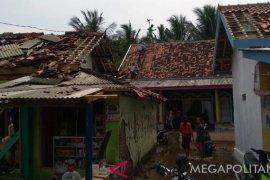 Puluhan rumah di Karawang rusak diterjang angin puting beliung