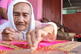 Nuraya (90) penyulam pakaian pengantin di Pariaman yang masih eksis
