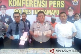 Pengedar uang rupiah dan dolar SG palsu dibekuk di Indramayu