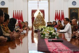 Presiden Jokowi terima pendiri HijUp.com di Istana Merdeka