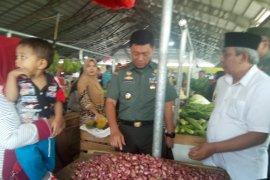 Danrem 042/Gapu silaturahim dengan pedagang Pasar Angsoduo