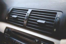 Cara aman isi freon AC mobil di rumah